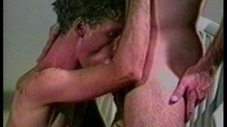 2 beaux blancs se petent le cul