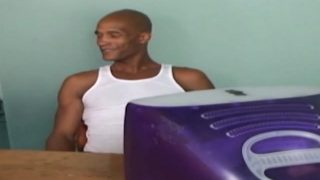 Un blackos musclé démonte un bogosse