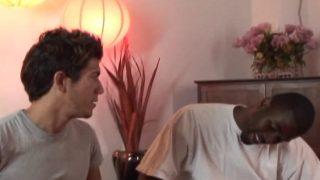 Un jeune athlète reçoit son amant black