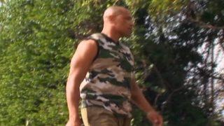 Un militaire black et sa jeune recrue